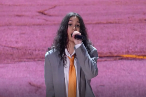 """ALESSIA CARA PERFORMS """"TRUST MY LONELY"""" AT MTV EMAs IN SYMBOLIC GRAY SUIT"""